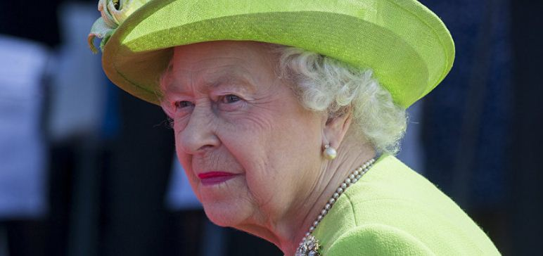 ملابس الملكة إليزابيث الداخلية تثير أزمة