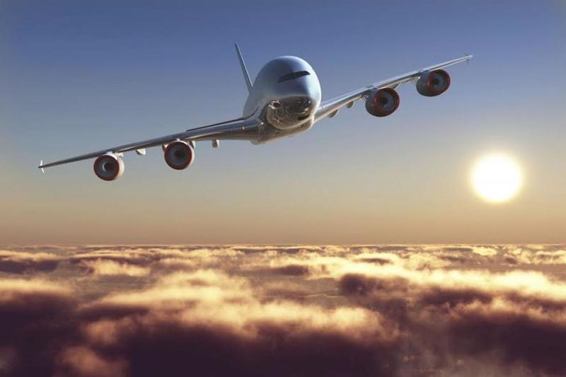 بالصور.. مضيفة طيران تضطر لإرضاع طفلة غريبة في الجو