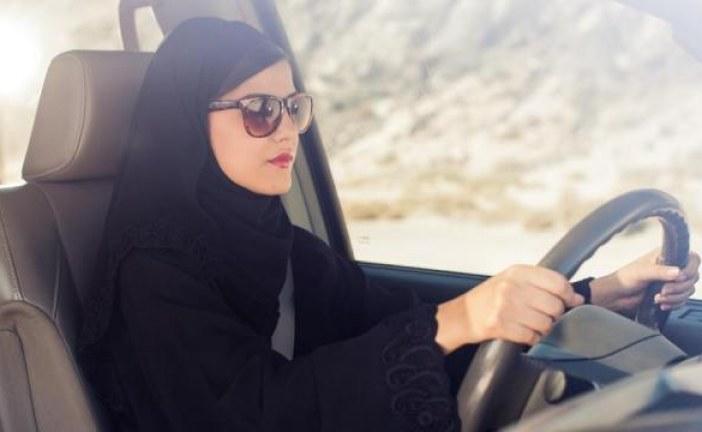 بالصور.. السماح للمرأة السعودية بقيادة سيارات الأجرة والألتزام بالقوانين