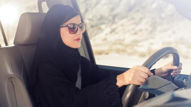 السماح للمرأة السعودية بقيادة سيارات الأجرة
