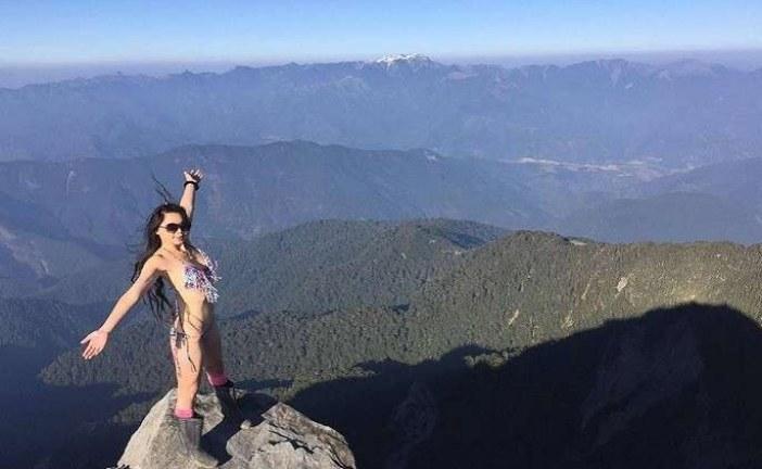 بالفيديو.. حاولت تسلق الجبل بـ البكيني فتجمدت حتى الموت