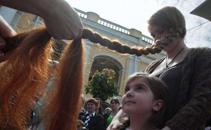 بالفيديو.. صاحبة أطول شعر في العالم تكشف سر الشعر الطويل