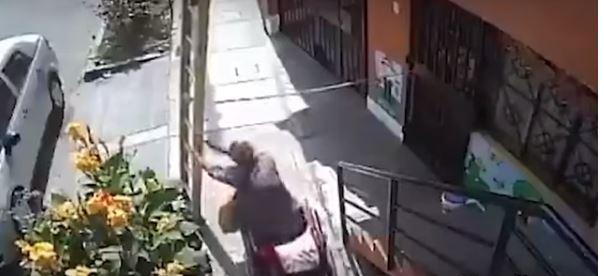 فيديو.. معاق يوقع شخص من ارتفاع 30 قدم